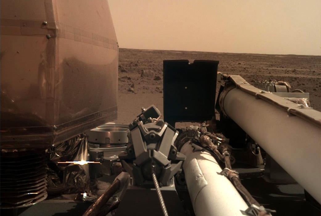InSight Aterriza con Éxito en Marte y Despliega sus Paneles Solares