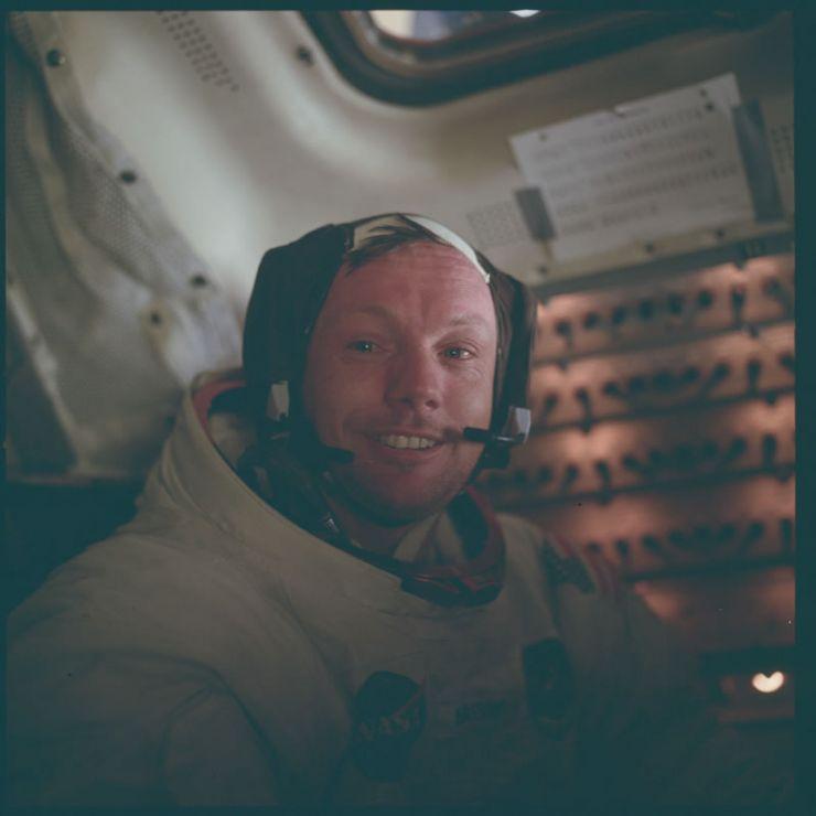 Armstrong en el interior del Módulo Lunar (LM) tras un histórico paseo lunar.
