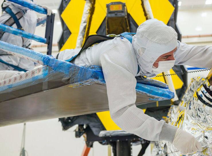 Proceso de plegado del parasol del telescopio espacial James Webb