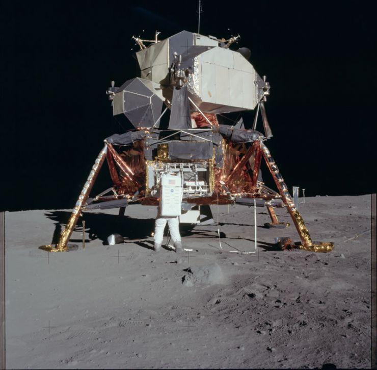 Aldrin desempaquetando experimentos del Módulo Lunar