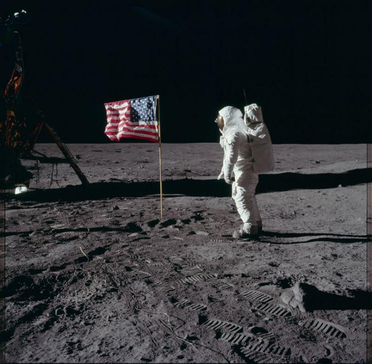 Aldrin saludando la bandera de las EE.UU.